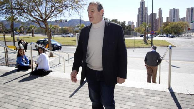 Juan Ramón Martínez, llegando a los juzgados de Benidorm para declarar en el caso de enchufismo