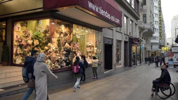 La juguetería Así (Gran Vía, 47), poco antes de cerrar, ahora será la mayor tienda del Atlético de Madrid