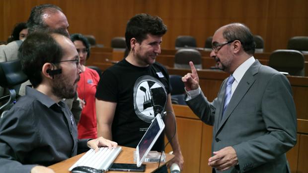 Lambán, conversando con diputados regionales de Podemos en presencia de Echenique