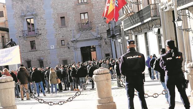 Mnaifestación de agentes de la Policía Municipal, el pasado mes de febrero, en la plaza de la Villa