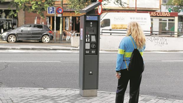 Carmena estudia regular el aparcamiento en «puntos calientes» fuera de la M-30