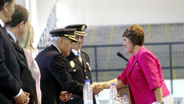 Ortiz Argüelles impone la cruz al mérito policial con distintivo blanco a Milagros Miguel Miguel