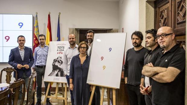 Arcadi España (segon per l'esquerra), junt a l'equip i el cartell de la programació de festes
