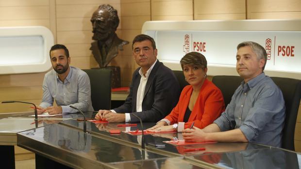 Imagen de Muñoz (a la izquierda) junto a otros miembros de la gestora del PSOE