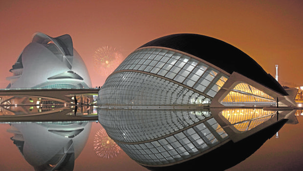 Imagen de un castillo de fuegos artificiales tomada desde la Ciudad de las Artes y las Ciencias