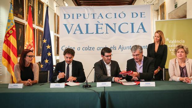 Imagen de la rúbrica del acuerdo tomada este martes