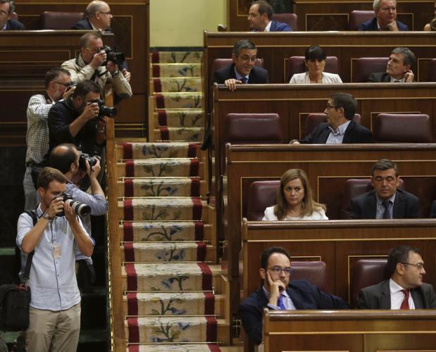 Los diputados socialistas Eduardo Madina (cuarta fila, izquierda) y Patxi López (3ª fila) conversan antes del pleno celebrado esta tarde en el Congreso de los Diputados, junto al nuevo escaño (3ªfila,izquierda. Vacío) del exsecretario general del PSOE Pedro Sánchez