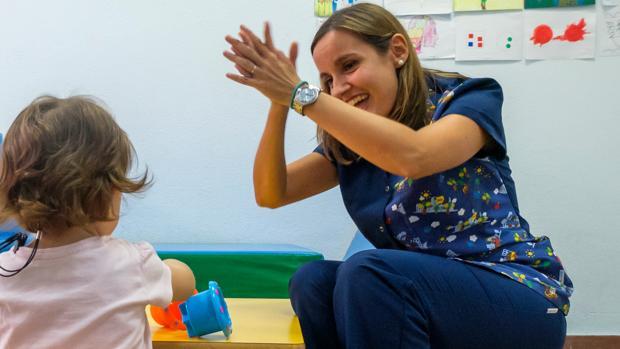 La logopeda Lorena Toresano trabaja con una de las menores del centro