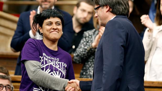 Anna Gabriel, diputada de la CUP, saluda a Carles Puigdemont en el Parlament