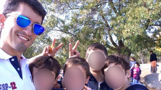 El «Hermano Pedro», junto a un grupo de alumnos del Maravillas