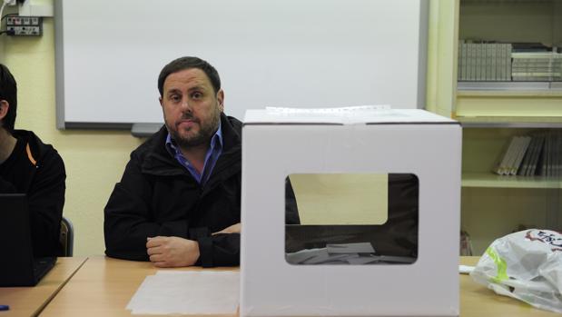 """Junqueras, presidiendo una """"mesa electoral"""" durante la consulta del 9-N"""