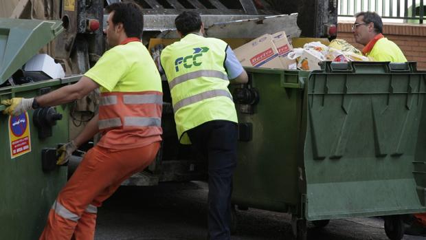 Empleados del servicio de limpieza y recogida de basuras de Zaragoza