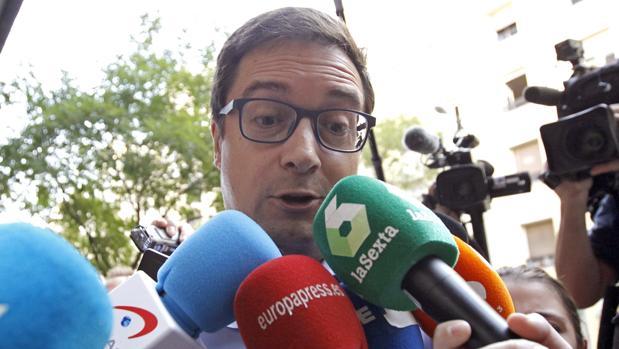 Óscar López puso ayer su cargo a disposición de la gestora, pero con volunta de seguir