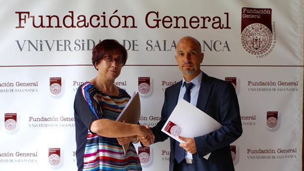 Teresa Martín, presidenta de Parkinson Salamanca, junto a Óscar González, de la Fundación USAL