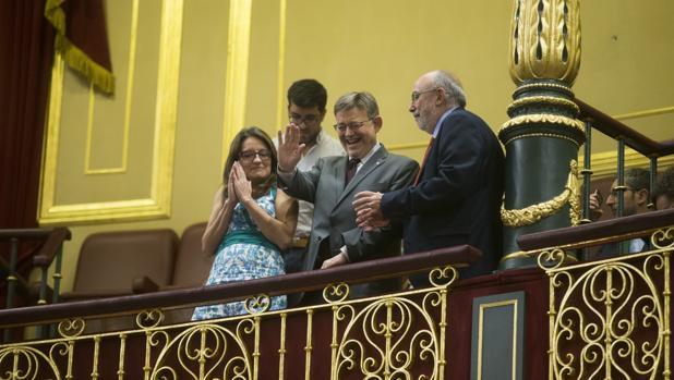 El presidente valenciano Ximo Puig, junto a la vicepresidenta Mónica Oltra, en la tribuna del público del Congreso