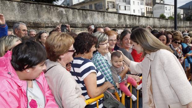 Doña Letizia se acercó a saludar a las decenas de vecinos que esperaban su visita en Mondoñedo (Lugo)