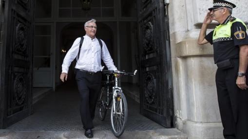 El alcalde de Valencia, Joan Ribó, saliendo del Ayuntamiento