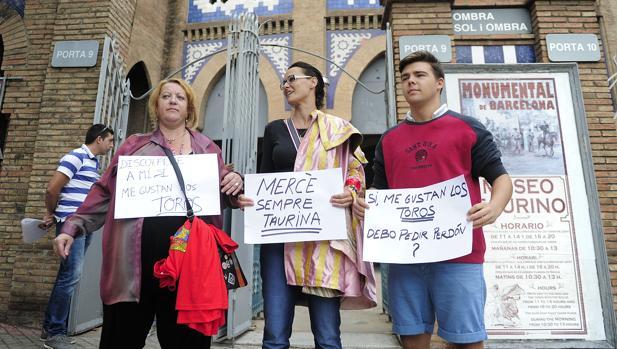 Manifestantes protaurinos, frente a la Monumental de Barcelona