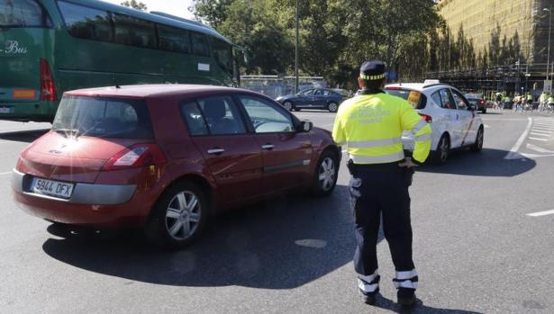 Un agente de movilidad ordena el tráfico