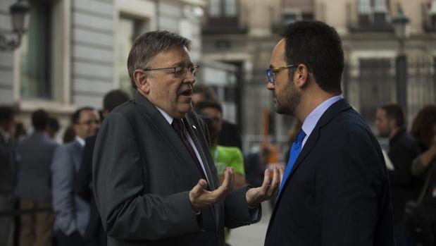 Puig saluda a Hernando, este miércoles en la puerta del Congreso