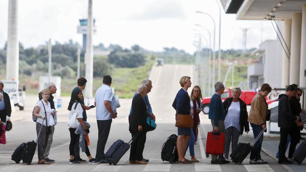 Imagen de un grupo de pasajeros a su llegada a aeropuerto de Castellón