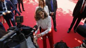 La Reina pide un donativo hucha en mano a los periodistas que cubrían el Día de la Banderita