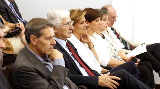 Los expresidentes José María Barreda y María Dolores Cospedal han seguido la intervención de Page desde la tribuna de invitados