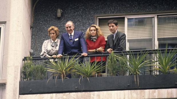 Emiliano Revilla (C) junto a su esposa e hijos el día que fue liberado