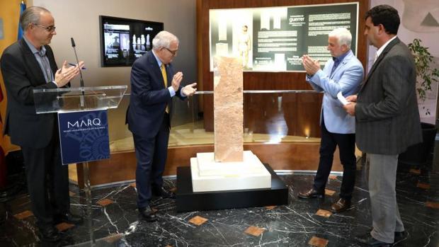 Autoridades en la presentación de la estela funeraria ibérica expuesta en el Marq