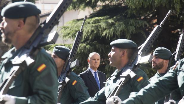 El director general de la Guardia Civil, Arsenio Fernández de Mesa, presidió el izado de la bandera nacional