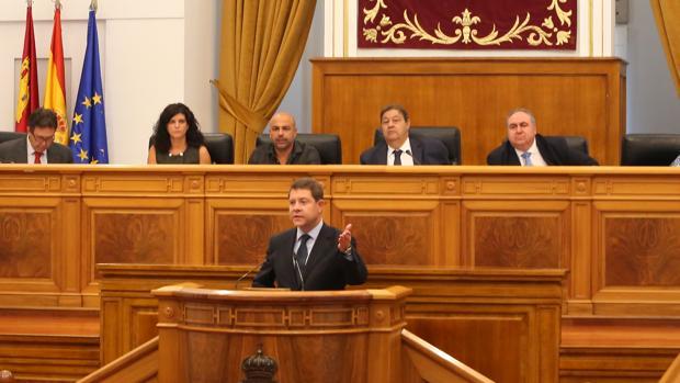 García Molina, tercero por la izquierda, escucha la intervención de García-Page