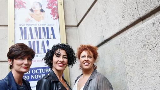 Las actrices y cantantes protagonistas (Nina en el cento), en el Teatro Principal