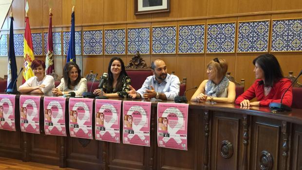 Las peluqueras organizadoras del evento junto a la concejal de Bienestar Social de Mora