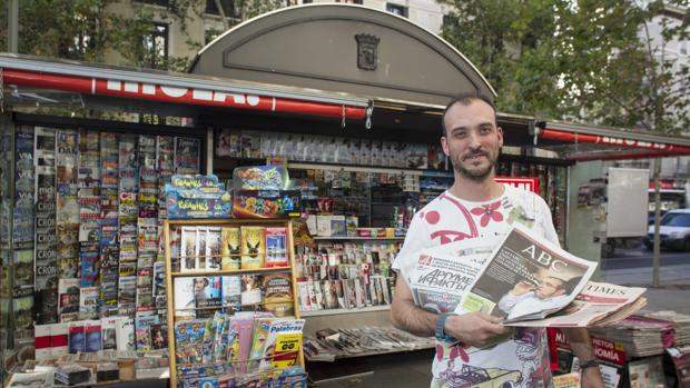Iván Martín, el quiosquero del número 74 de la calle de Serrano