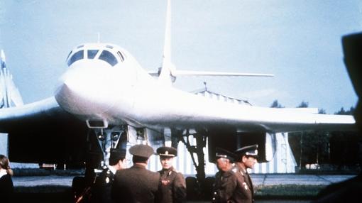 Soldados de la URRSS, junto al avión