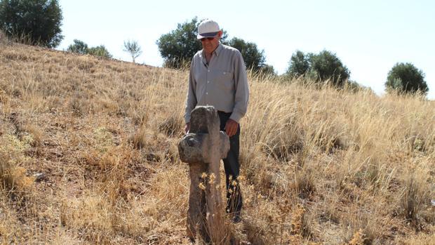 Francisco Avilés, vecino de Villafranca y gran conocedor de las costumbres locales, junto a una cruz en el medio del campo