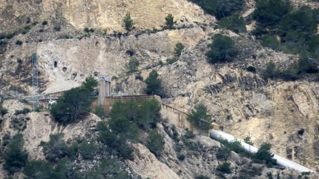 Imagen de la canalización del trasvase Tajo-Segura a su paso por la localidad de Orihuela