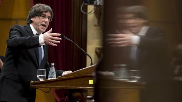 El presidente de la Generalitat, Carles Puigdemont, durante el pleno del debate de política general que se celebra en el Parlament