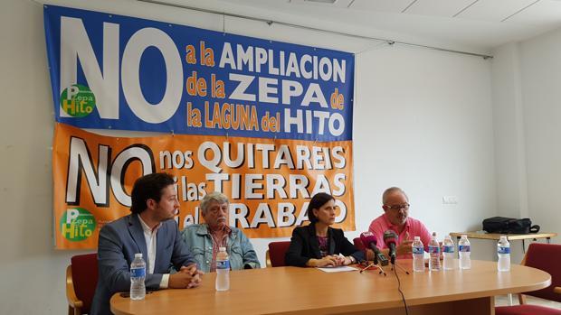 Los miembros de la plataforma y la abogada Pilar Martínez durante su comparecencia en Villar de Cañas