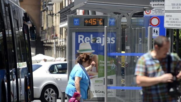 Una marquesina de autobuses marca 45 grados, durante el pasado verano