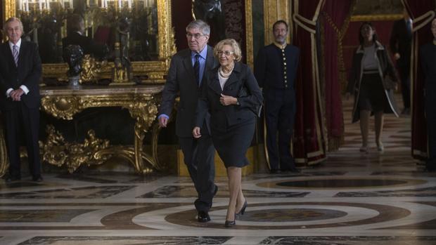 Manuela Carmena y su marido, el año pasado, durante la recepción en el Palacio de la Zarzuela