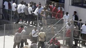 Un total de 67 inmigrantes se fugan del CIE de Murcia, tras herir en un motín a cinco policías