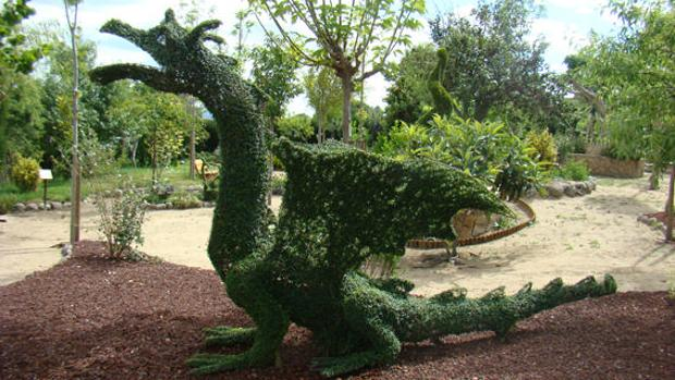Un seto convertido en dragón, en el Bosque encantado