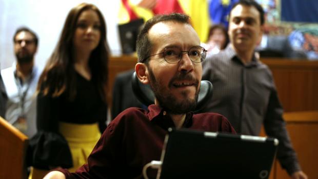 Pablo Echenique, este jueves, tras escuchar el discurso de Lambán en las Cortes de Aragón