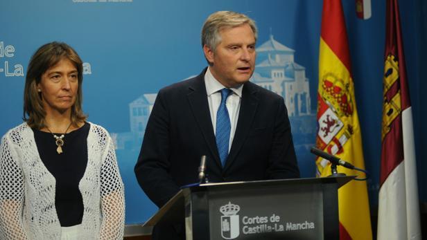 Los diputados Ana Guarinos y Francisco Cañizares, en la sala de prensa de las Cortes tras el Debate