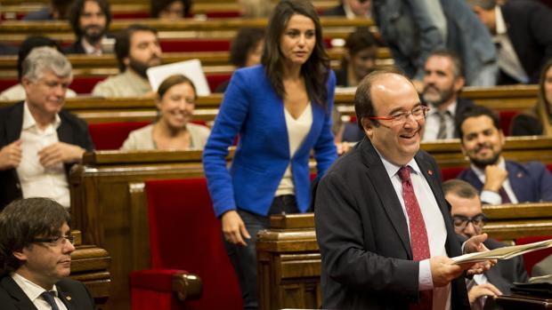 El líder del PSC, Miquel Iceta (d), se dirige a la tribuna de oradores ante la mirada de la líder de Ciutadans, Inés Arrimadas, y el presidente de la generalitat, Carles Puigdemont (i)