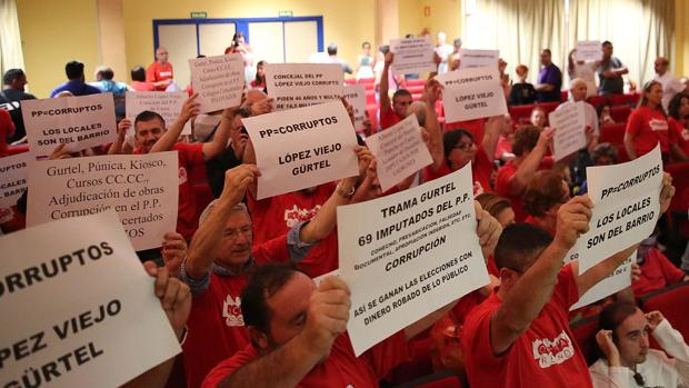 La protesta de la Asociación de Vecinos de Orcasitas en el pleno de Usera,