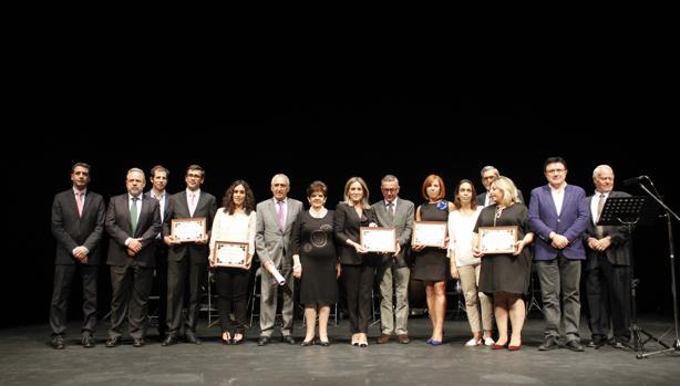 Los galardonados, con sus diplomas, en el teatro de Rojas