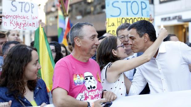 Imagen de Baldoví, Puig, Oltra y Sánchez en la marcha del Orgullo Gay en Valencia del mes de junio