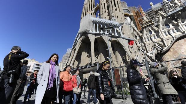 Un grupo de turistas frente a la Sagrada Familia de Barcelona